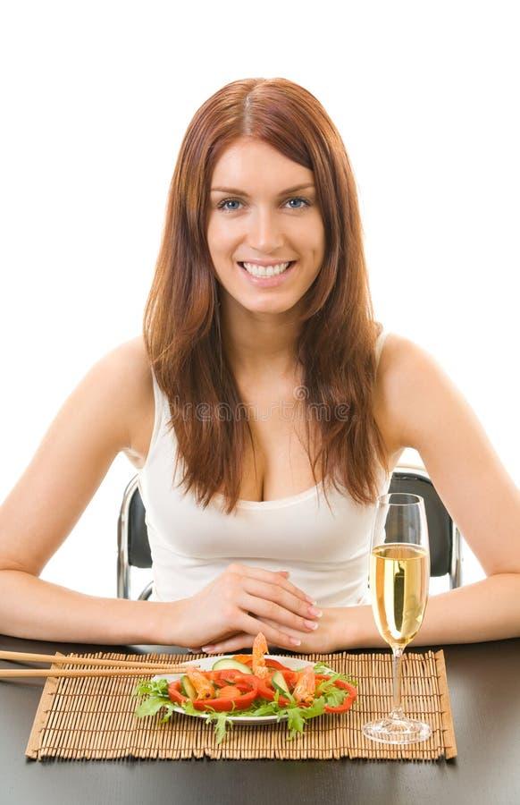 Donna che mangia insalata con gambero su bianco immagini stock