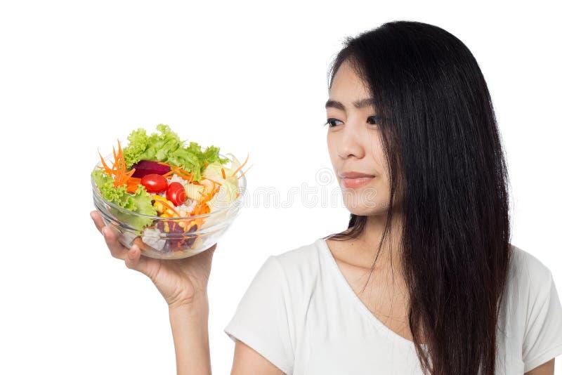 Donna che mangia insalata di verdure isolata su bianco fotografia stock libera da diritti