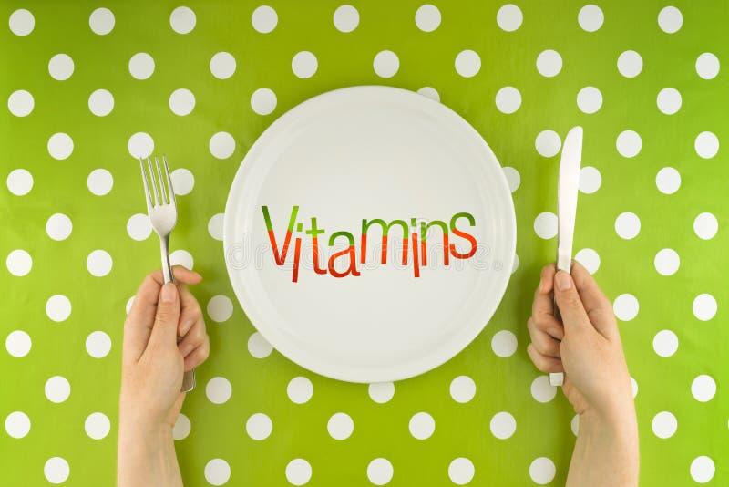 Donna che mangia le vitamine, vista superiore immagine stock