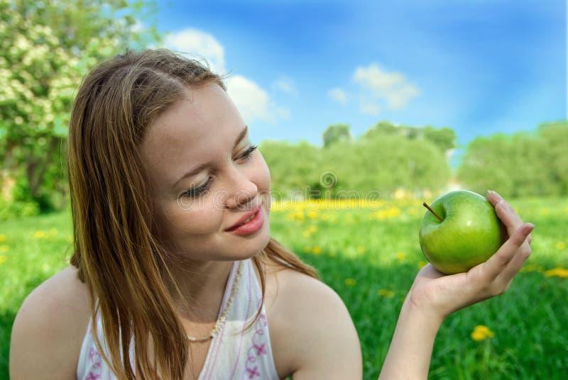 Donna che mangia mela verde fotografie stock