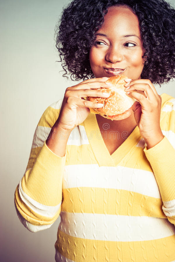 Donna che mangia panino fotografia stock