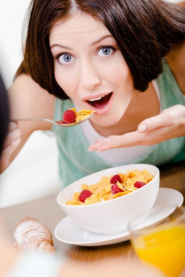 Donna che mangia prima colazione saporita immagini stock libere da diritti