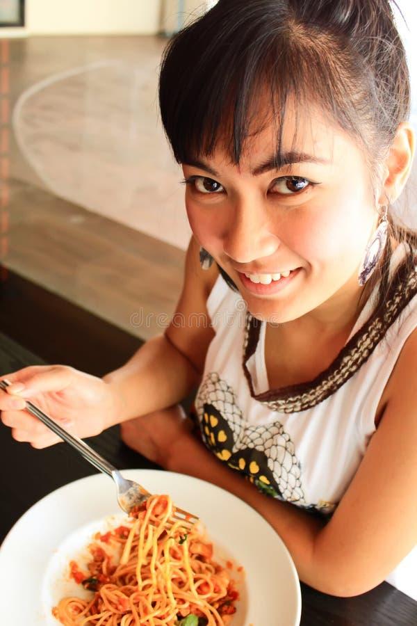 Donna che mangia spaghetti immagini stock libere da diritti