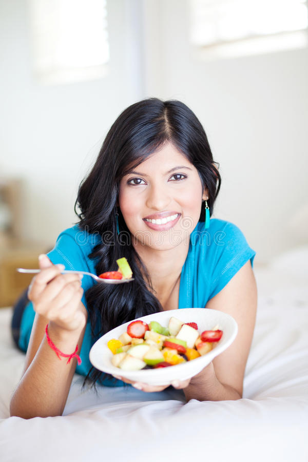 Donna che mangia sulla base fotografia stock libera da diritti