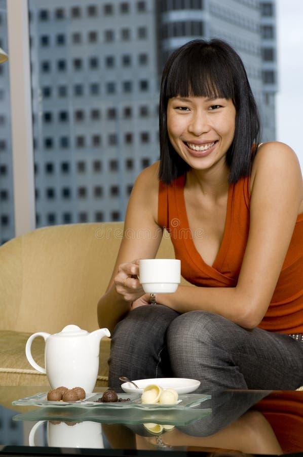 Donna che mangia tè fotografie stock libere da diritti