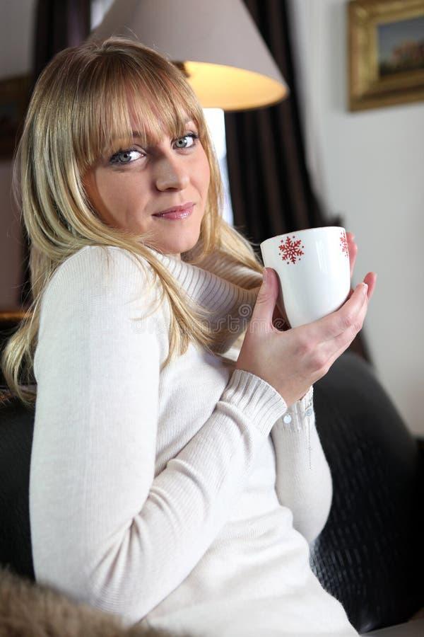 Donna che mangia tè immagini stock libere da diritti