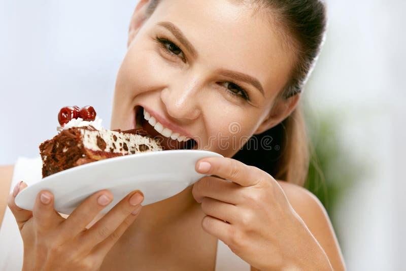 Donna che mangia torta Bello dessert femminile di cibo fotografia stock