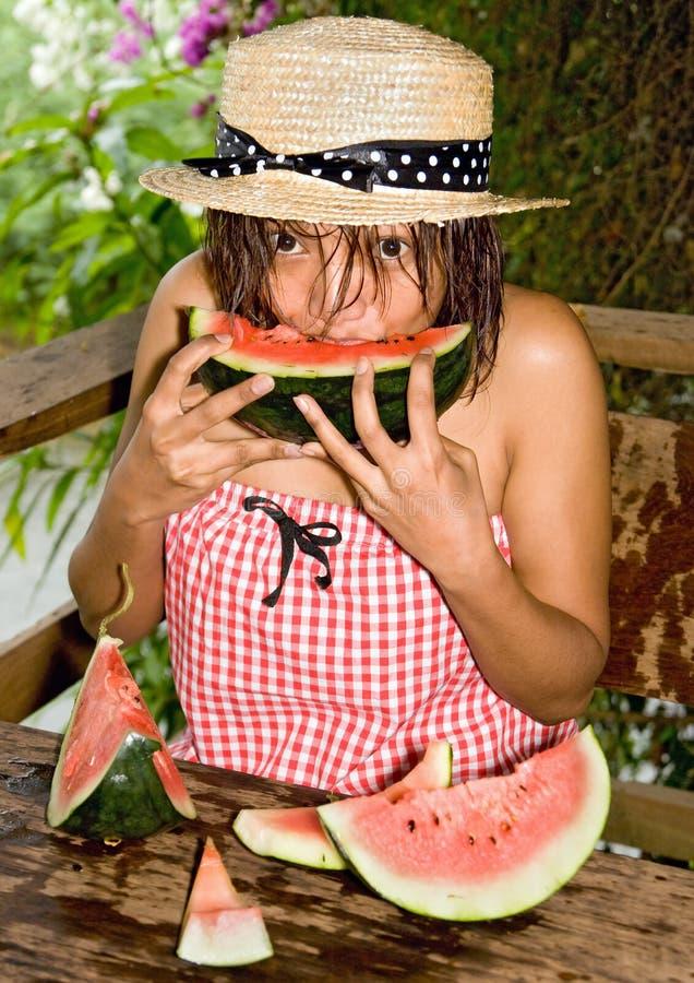 Donna che mangia un'anguria fotografie stock libere da diritti