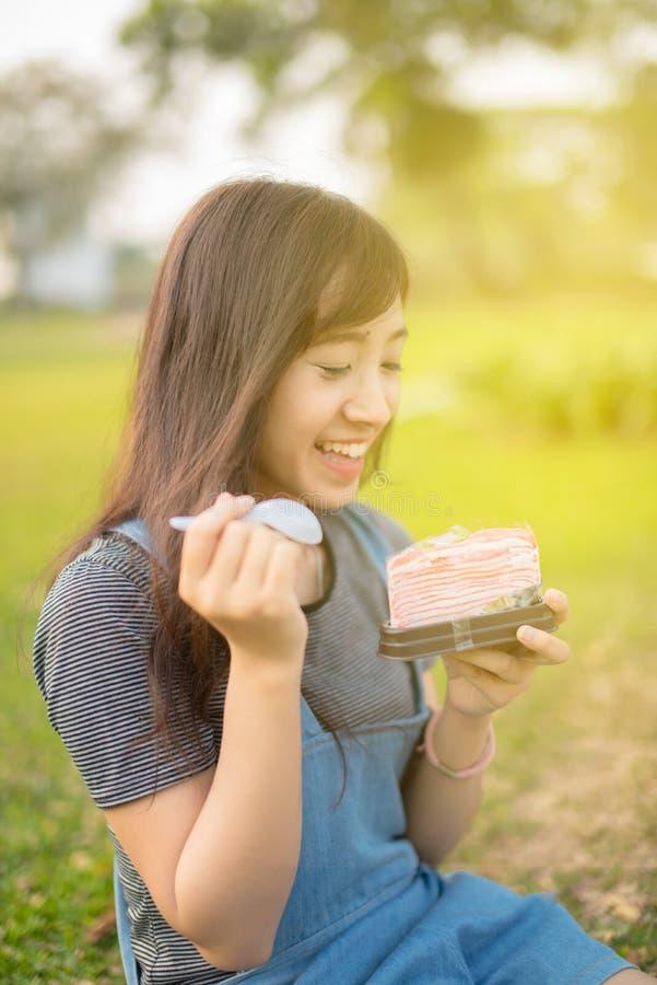 Donna che mangia un pezzo di dolce immagini stock