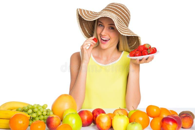 Donna che mangia una fragola fotografia stock libera da diritti