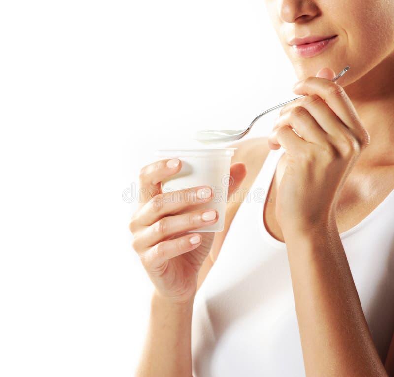Donna che mangia yogurt fotografia stock libera da diritti
