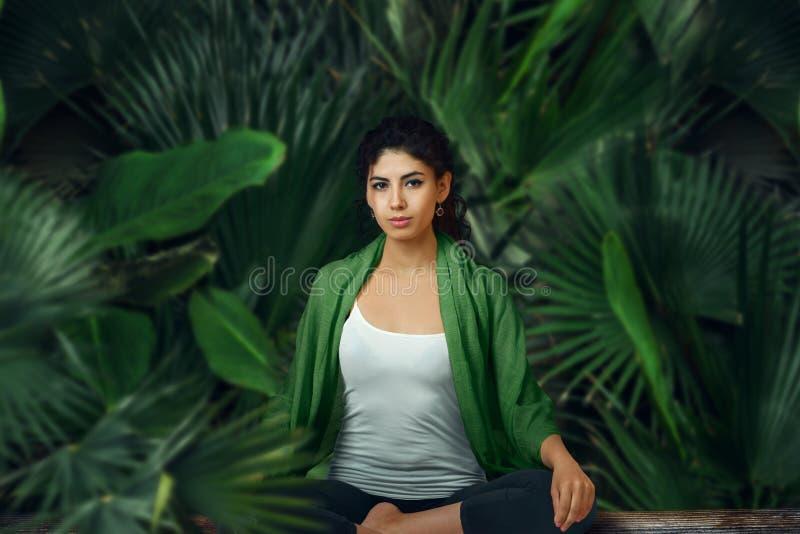 Donna che medita nella foresta pluviale tropicale fotografie stock libere da diritti