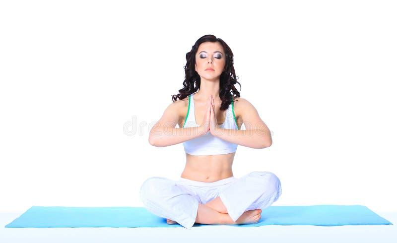 Donna che medita nella posa di yoga fotografie stock libere da diritti