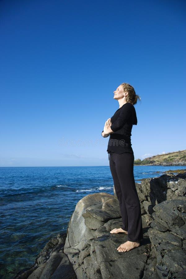 Donna che meditating. fotografia stock libera da diritti