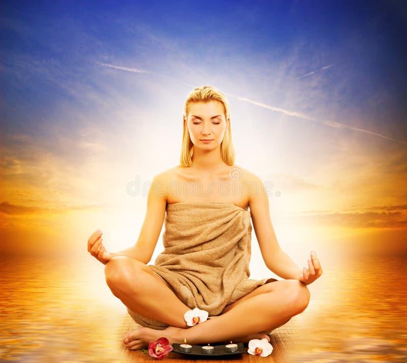 Donna che meditating in un mare immagine stock libera da diritti