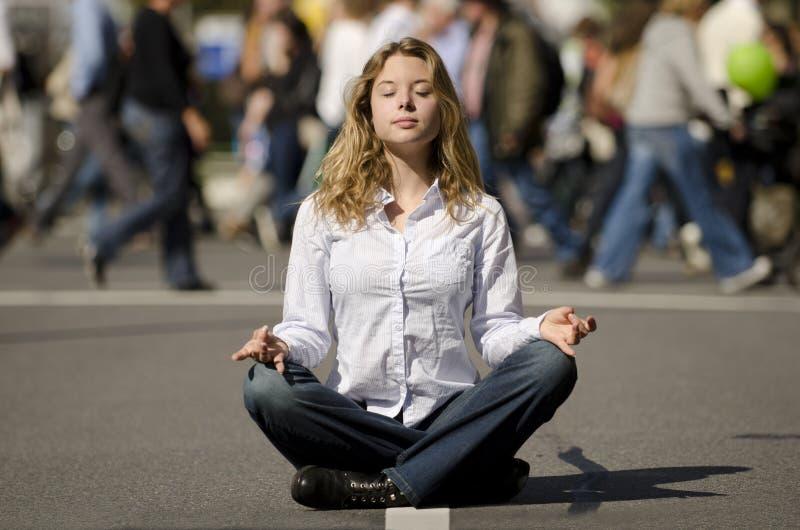 Donna che meditating in via urbana occupata immagini stock libere da diritti