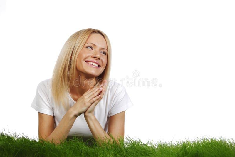Donna che mette su erba fotografie stock libere da diritti