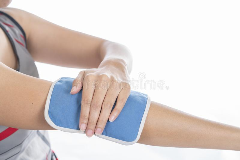 Donna che mette un pack sul suo dolore del gomito o del braccio fotografie stock