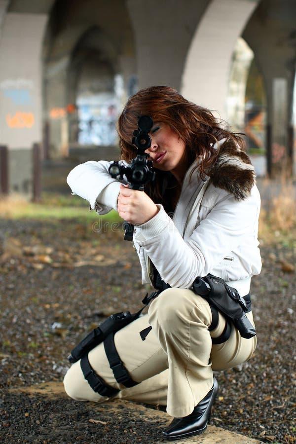 Donna che mira fucile fotografia stock