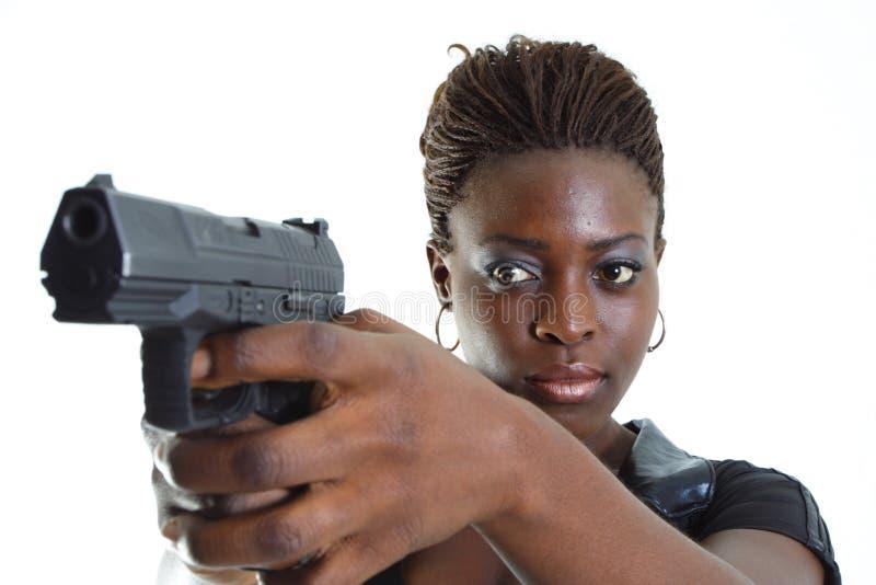 Donna che mira una pistola immagini stock