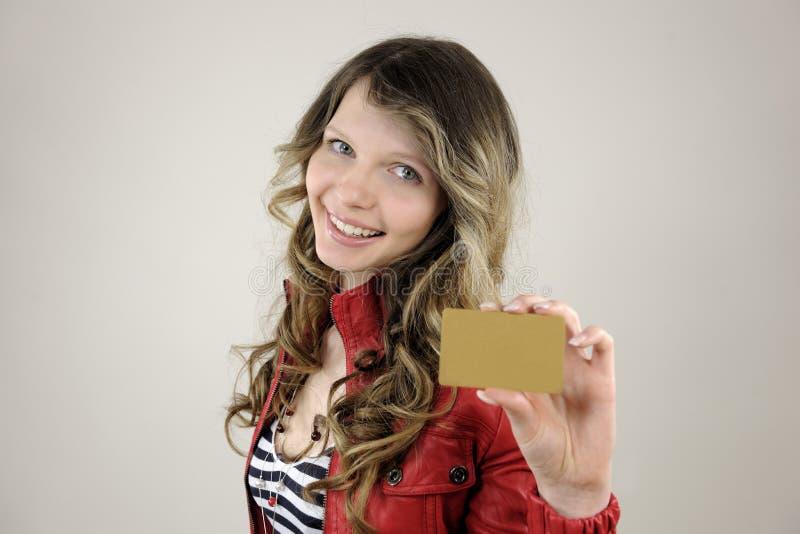 Donna che mostra accreditamento o la scheda del regalo fotografie stock