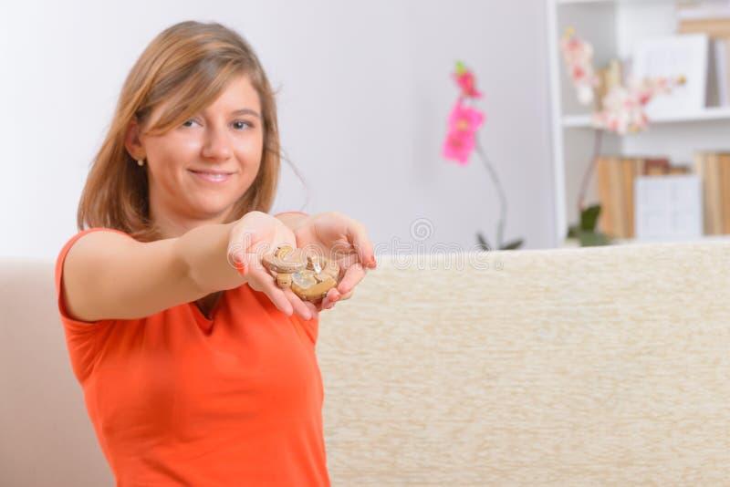 Donna che mostra gli aiuti sordi immagine stock