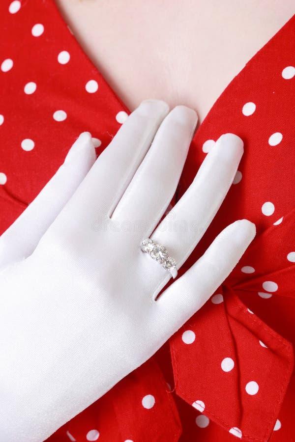 Donna che mostra il suo anello di diamante immagini stock libere da diritti