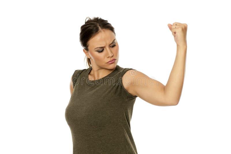 Donna che mostra il suo braccio immagini stock