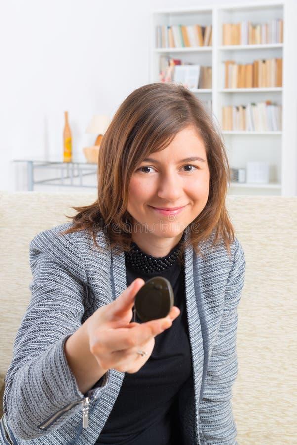 Donna che mostra impianto cocleare immagini stock