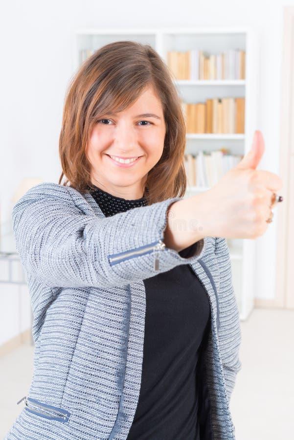 Donna che mostra pollice sul segno fotografie stock libere da diritti