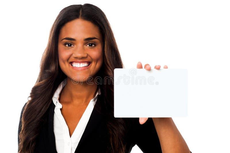 Donna che mostra tabellone per le affissioni rettangolare in bianco fotografia stock libera da diritti