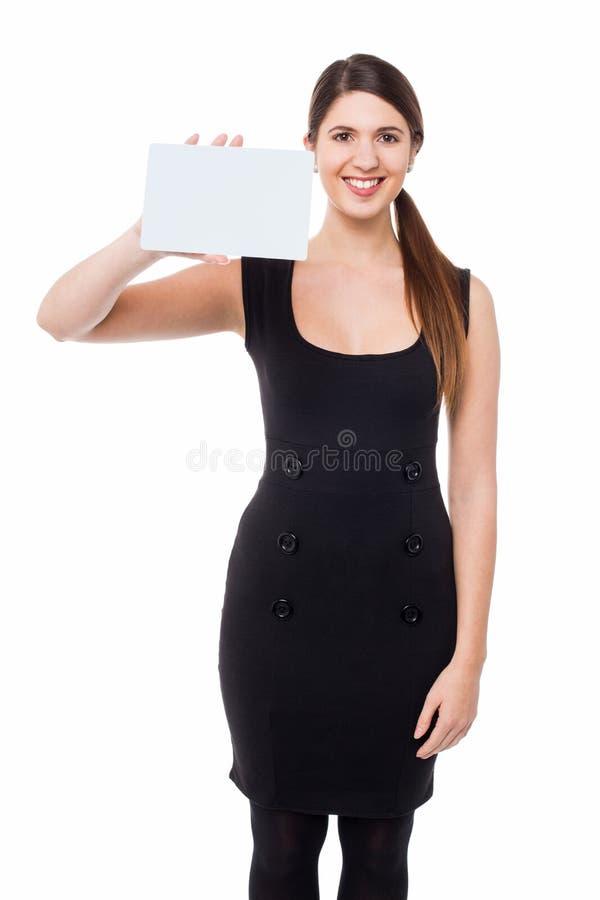 Donna che mostra tabellone per le affissioni rettangolare in bianco fotografie stock