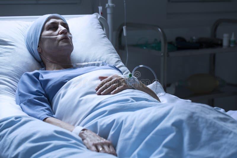 Donna che muore da solo nel centro ospedaliero fotografia stock libera da diritti