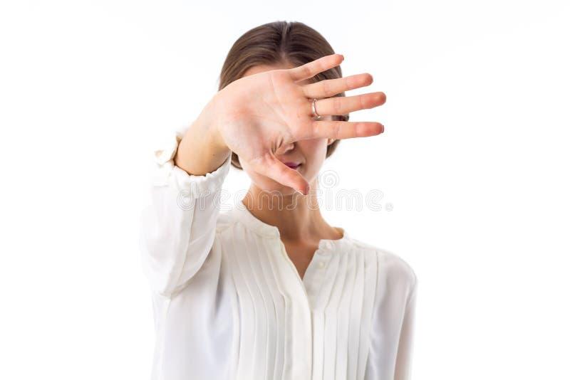 Donna che nasconde il suo fronte fotografia stock libera da diritti