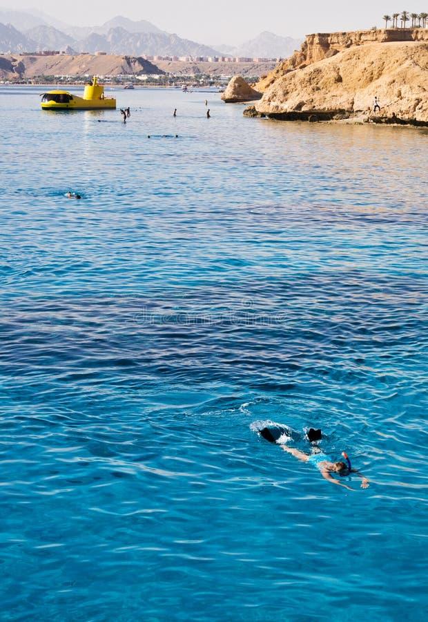 Donna che naviga usando una presa d'aria nell'azzurro aperto fotografie stock