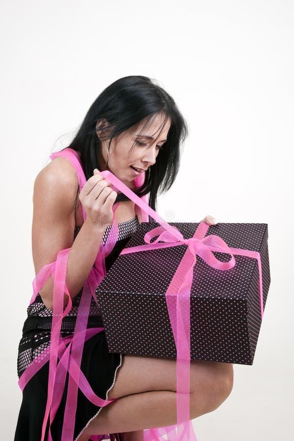 Donna che non imballato il contenitore di regalo immagine stock