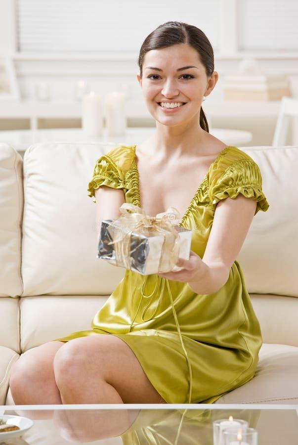 Donna che offre il regalo di compleanno elegante fotografia stock