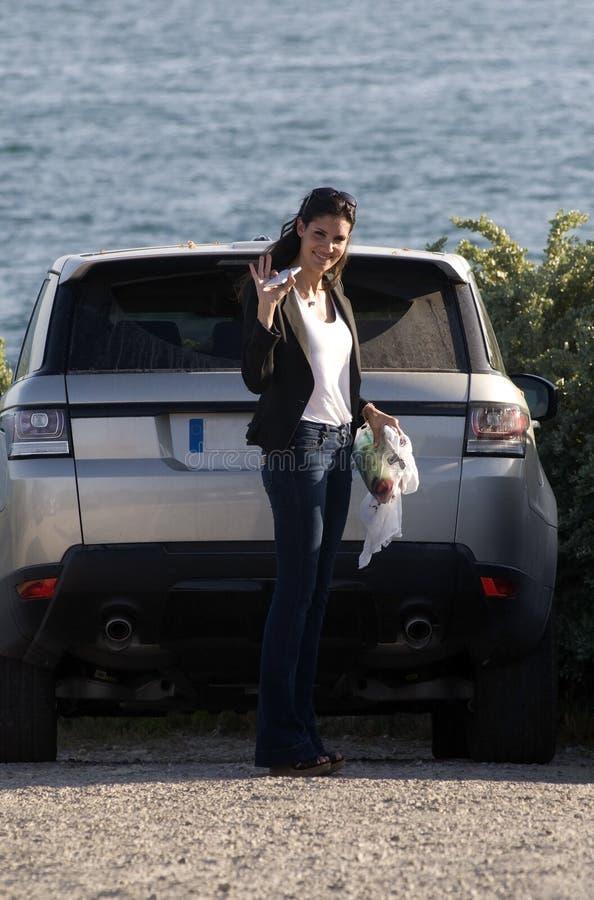 Donna che ondeggia la sua mano per la macchina fotografica fotografia stock libera da diritti