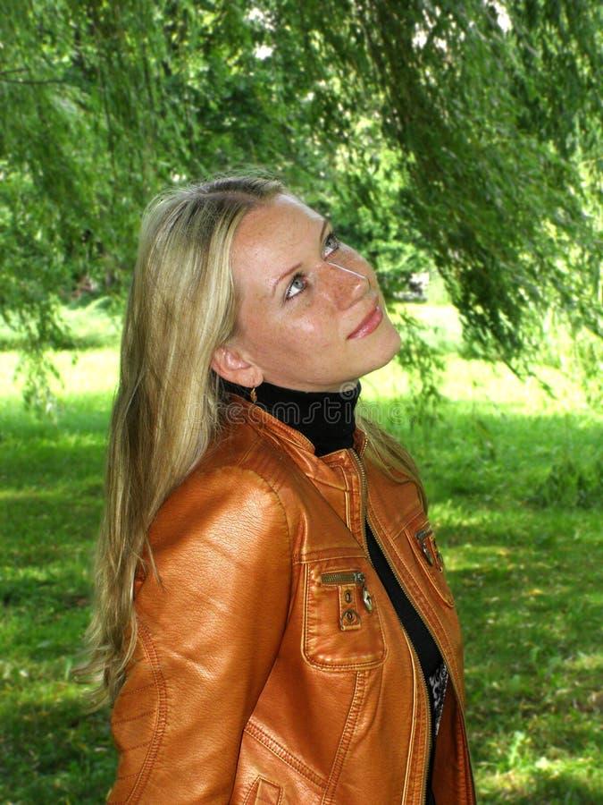 Donna che osserva ad in su immagini stock libere da diritti