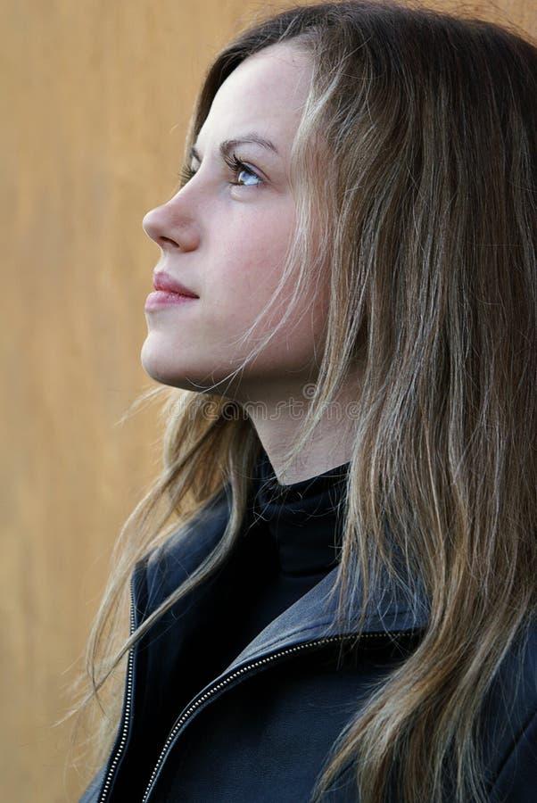 Donna che osserva ad un cielo immagine stock