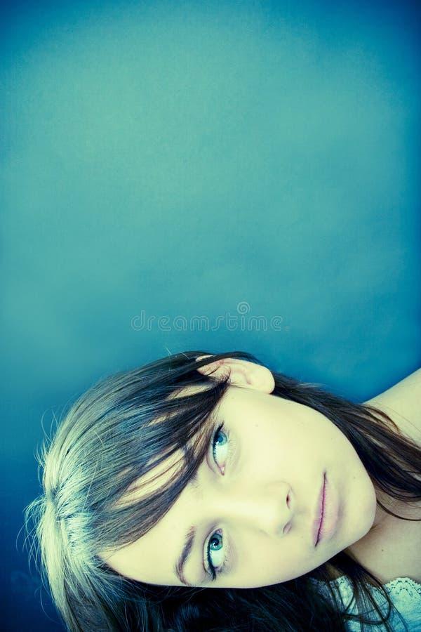 Donna che osserva al lato fotografia stock libera da diritti
