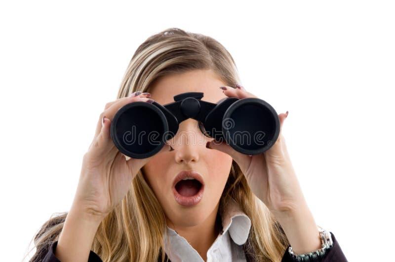 Donna che osserva con binoculare immagine stock libera da diritti