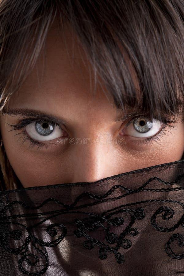 Donna che osserva dal velare fotografia stock libera da diritti