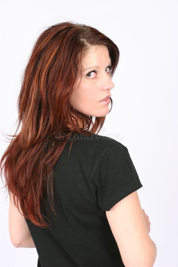 Donna che osserva sopra la sua spalla fotografie stock libere da diritti