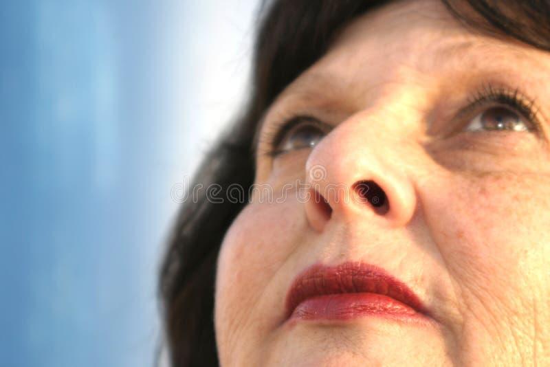 Donna che osserva in su fotografia stock