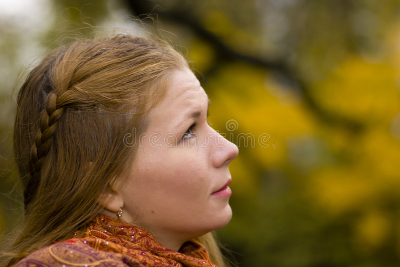 Donna che osserva in su al cielo fotografia stock libera da diritti
