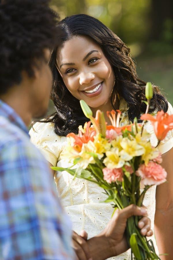 Donna che ottiene i fiori. fotografie stock libere da diritti