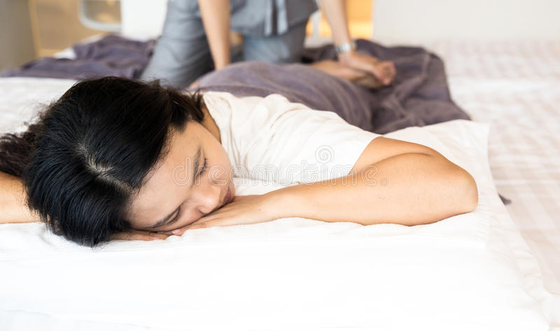 Donna che ottiene la stazione termale di massaggio immagine stock