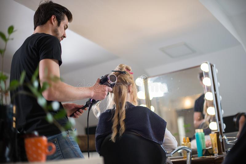 Donna che ottiene lei capelli fatti nel salone di capelli fotografia stock libera da diritti