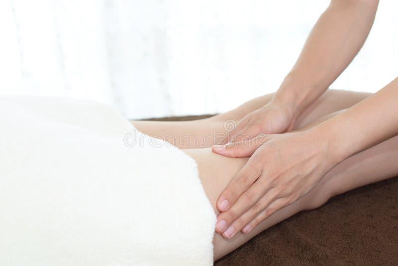 Donna che ottiene massaggio della gamba fotografia stock